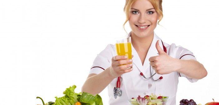 Nutricionista con frutas y verduras expresando la importacia de la Dietética, Nutrición, Alimentación